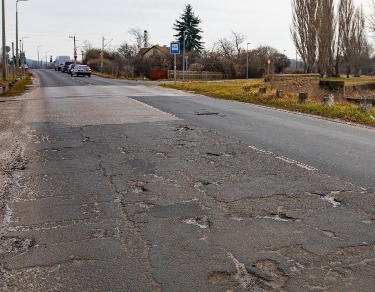 A Rádi út felújítására pályázik a város