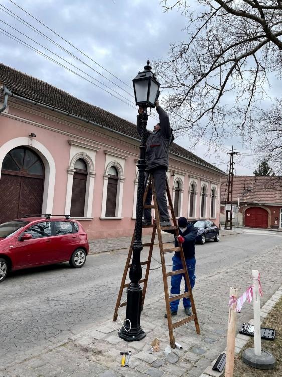 Ismét közterületeinket díszítik a felújított öntöttvas lámpaoszlopok